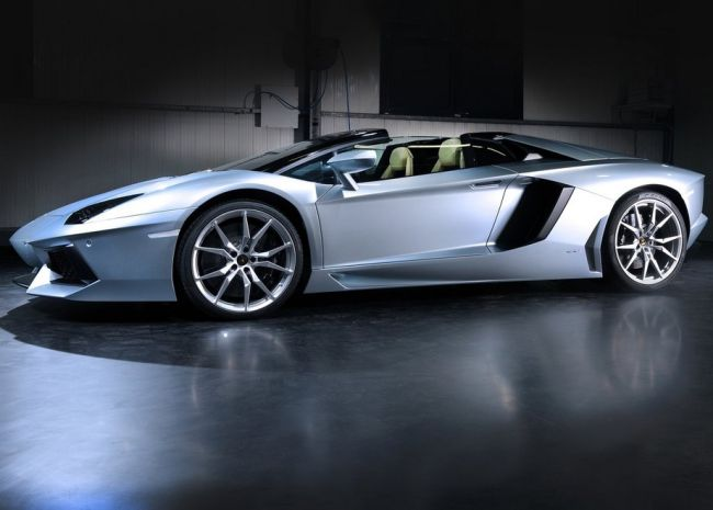 2015 Lamborghini Aventador Side View