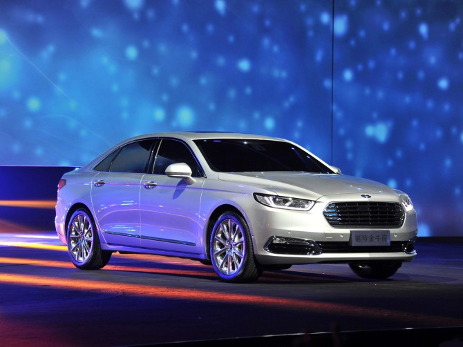 2016_Ford_Taurus_CN Version Front Side View
